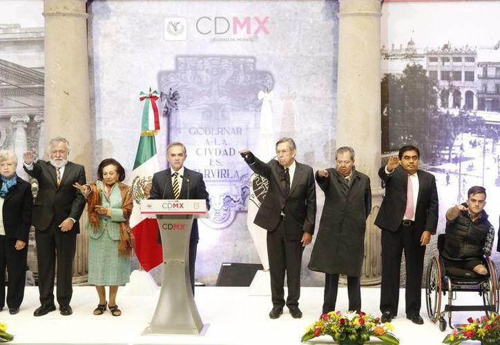 El jefe de Gobierno de la Ciudad de México, Miguel Ángel Mancera Espinosa tomó protesta al grupo de trabajo que participará en la elaboración del Proyecto de Constitución Política de la Ciudad de México. (Notimex)