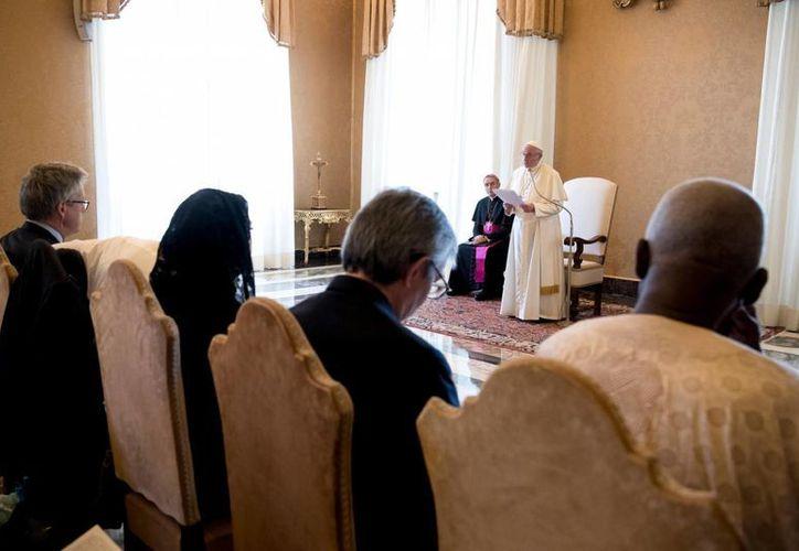 El Papa dijo que unas 65 millones de personas han sido obligadas a huir de sus hogares. (AP/L'Osservatore Romano)