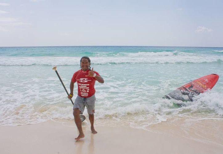 David Hernández, presidente de la asociación, pretende impulsar el surfing. (Raúl Caballero/SIPSE)