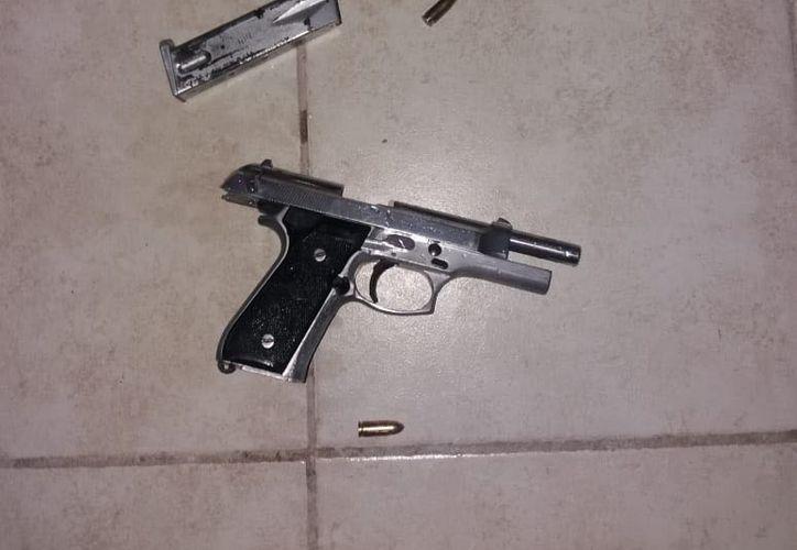 Autoridades detuvieron a dos personas por posesión de arma de fuego. (Redacción)