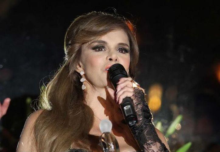 """Lucía Méndez, quien recibió El Micrófono de Oro por parte de los locutores, celebra 40 años de exitosa trayectoria con el lanzamiento de su disco """"Lo esencial"""". (Notimex)"""