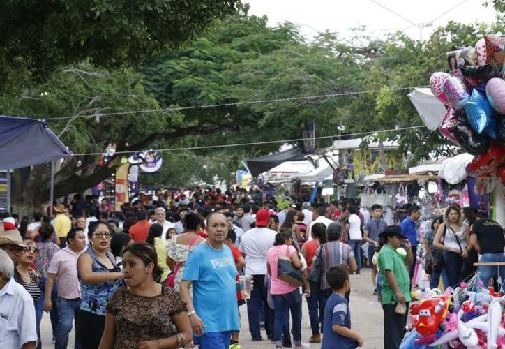 En la avenida principal de la Feria, era prácticamente imposible caminar sin golpear frecuentemente con otras personas, señalaron paseantes. (SIPSE)