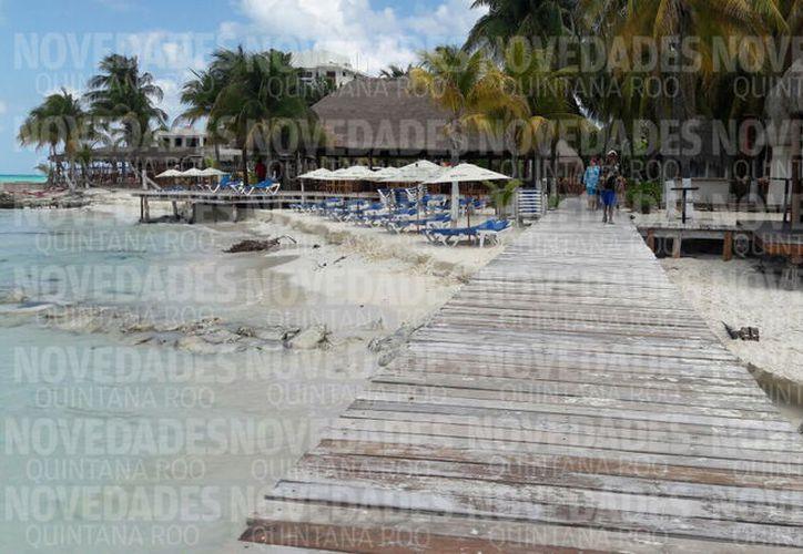 La playa cuenta con un spa, camastros, así como un muelle. (Redacción)