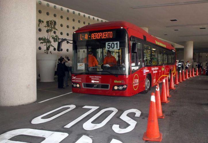 La tarifa de micros, autobuses y Metrobús aumentarán un peso, mientras que el banderazo de taxi libre costará $8.74; a partir del 3 de abril. (Notimex)