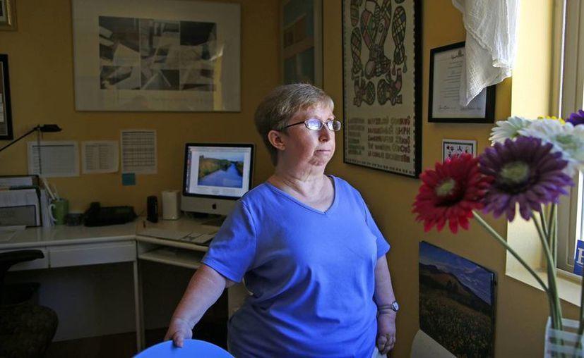 Deborah Paddison posa en su oficina en Phoenix el viernes 15 de julio de 2016, mientras se recupera de su operación ortopédica más reciente. Ella teme que ninguna aseguradora cubra sus gastos médicos si la Ley de Protección al Paciente y Cuidado de Salud Asequible de Estados Unidos es derogada. (AP/Ross D. Franklin)