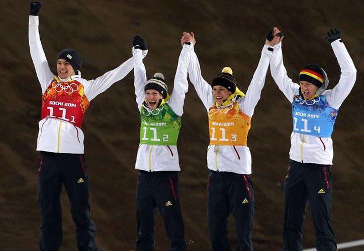 La selección alemana de saltos por equipos de esquí nórdico celebra la medalla de oro que se adjudicó este lunes en los JOI de Sochi. (EFE)