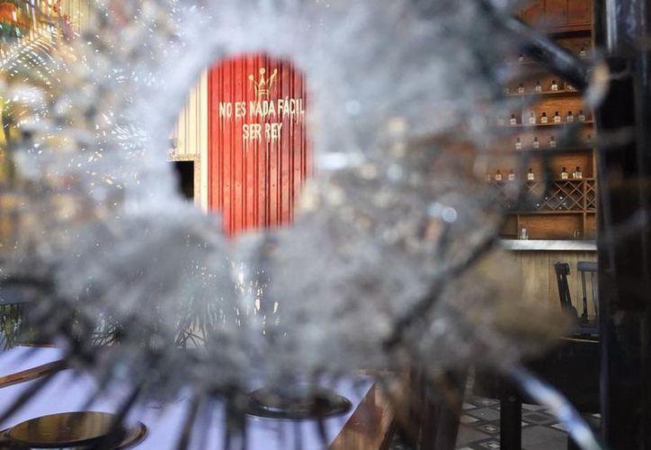 Un grupo armado baleó las instalaciones del Bar Reyes, en Culiacán. (La Jornada).