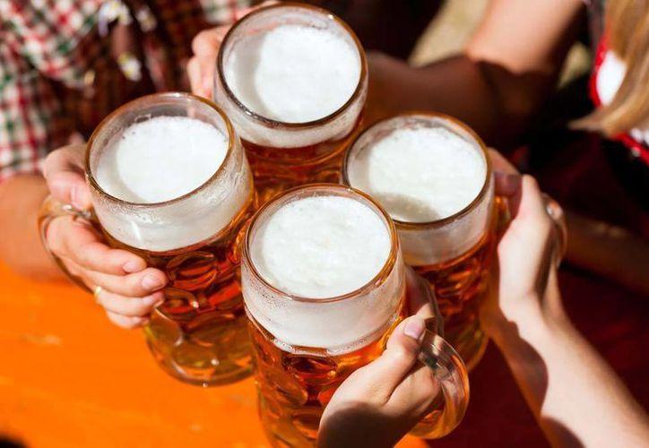 Luego de una noche excedida de copas hay alimentos que pueden empeorar los malestares de la resaca. (www.dietas.net)