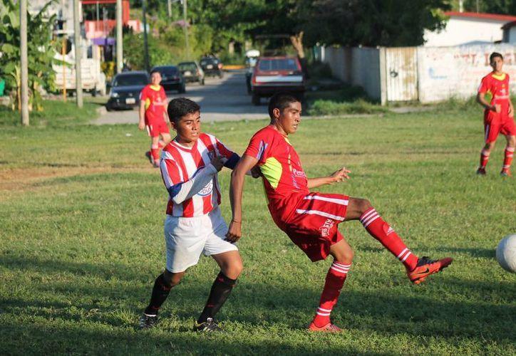 El partido terminó empatado y en la tanda de penales los abogados arrebataron la victoria. (Miguel Maldonado/SIPSE)