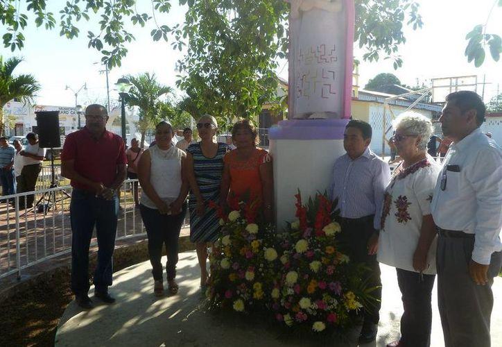 Las autoridades colocaron una ofrenda floral en el busto A la Madre. (Raúl Balam/SIPSE)