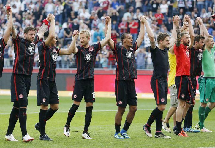 Eintracht Frankfurt se salvó del descenso, luego de derrotar sorpresivamente al Borussia Dortmund.(AP)