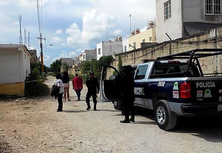 Elementos de Seguridad Pública atendieron el reporte del asesinato. (Redacción/SIPSE)