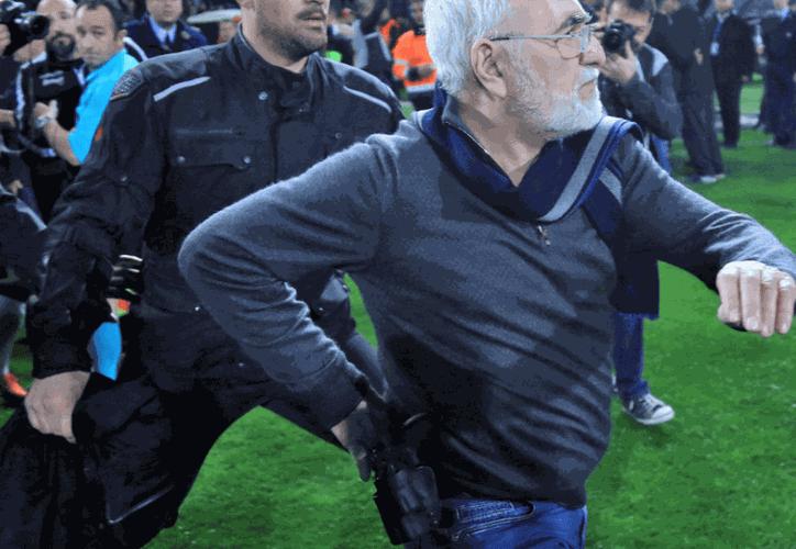 Iván Savidis, presidente del PAOK Salónica, entró al campo de juego con una pistola y amenazó a un árbitro. (Reuters)