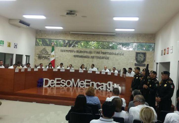 La sesión inicia con honores a la bandera y con ello dan banderazo a la elección 2018. (Israel Cárdenas/Milenio Novedades)