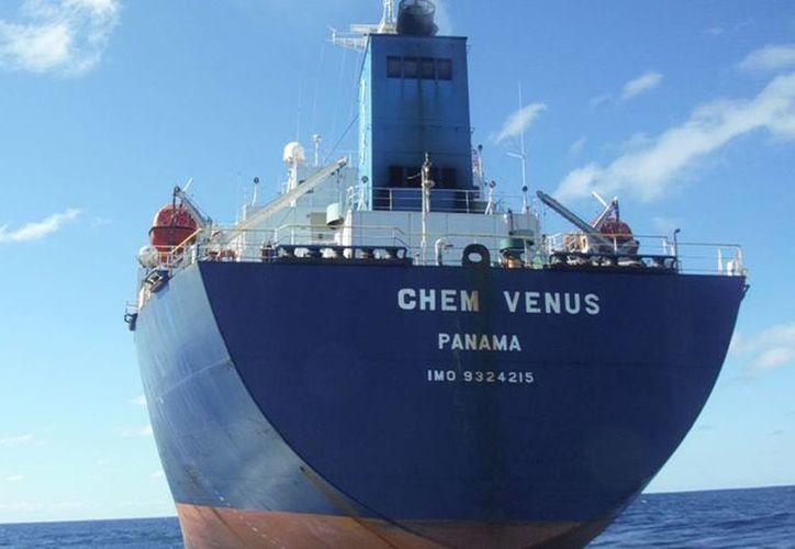 """Ayer el buque """"Chem Venus"""" rescató a nueve cubanos que se encontraban a la deriva en una lancha de manufactura artesanal. (Eric Galindo/SIPSE)"""