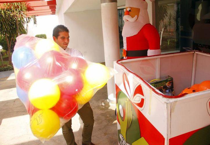 El titular del Incay, Javier Osante, regaló pelotas para los niños. (Milenio Novedades)