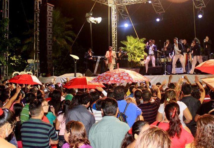 El grupo puso a bailar a los asistentes a  la plaza del parque Quintana Roo. (Cortesía/SIPSE)