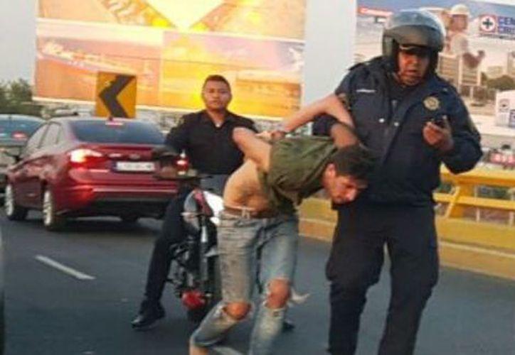 Los detenidos fueron sometidos por la policía en medio de los carriles centrales. (Milenio)