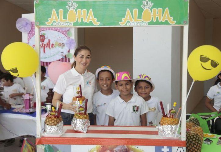 Se trata del programa Emprendedores de Primaria donde los niños hicieron llaveros, manzanas y bombones de chocolate; Art Books, libros y artículos decorados. (Joel Zamora/SIPSE)