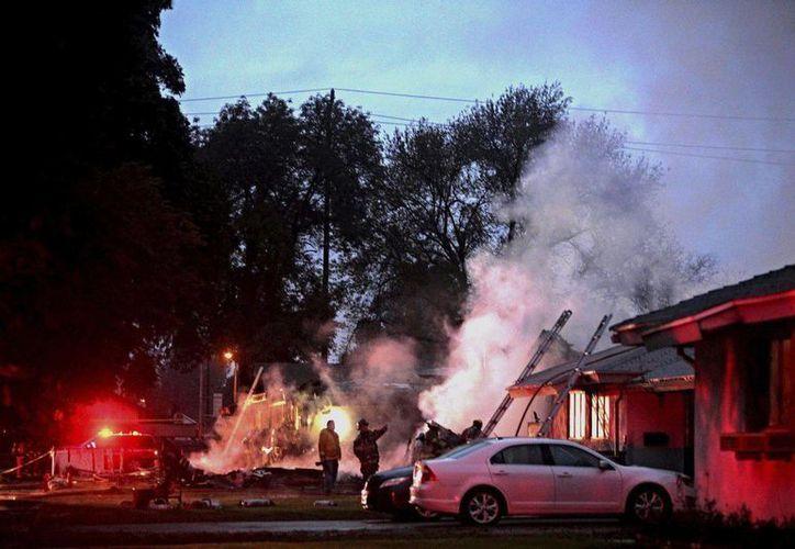 La avioneta Cessna se estrelló contra dos viviendas en California. Imagen del lugar donde sucedió la tragedia. (AP)