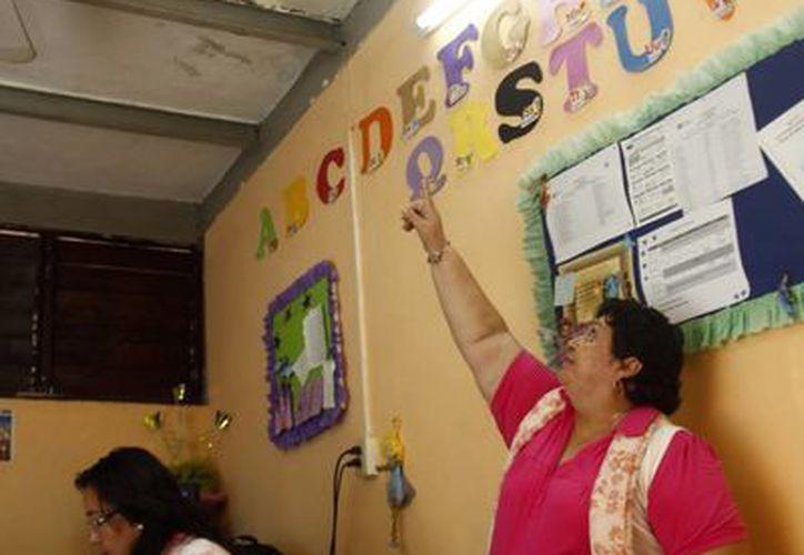 """Una maestra muestra los techos deteriorados de la """"Felipe Carrillo Puerto"""". (SIPSE)"""