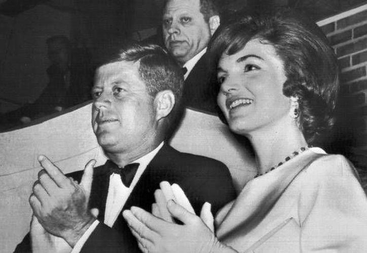 El expresidente de EU, John F. Kennedy, y su esposa Jackie Kennedy. Ambos estuvieron juntos hasta el asesinato del mandatario en 1963. Cinco años después la exprimera dama contrajo nupcias nuevamente. (Imágenes/ Ansa)
