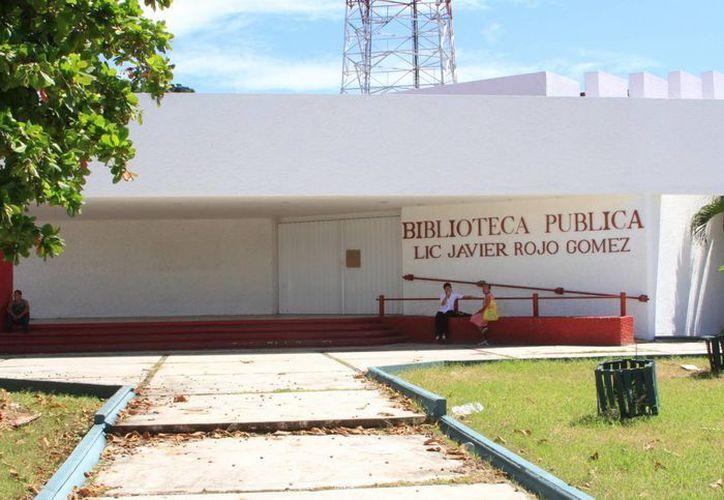 El exceso de humedad en el edificio hizo que el techo se desplomara. (Ángel Castilla/SIPSE)