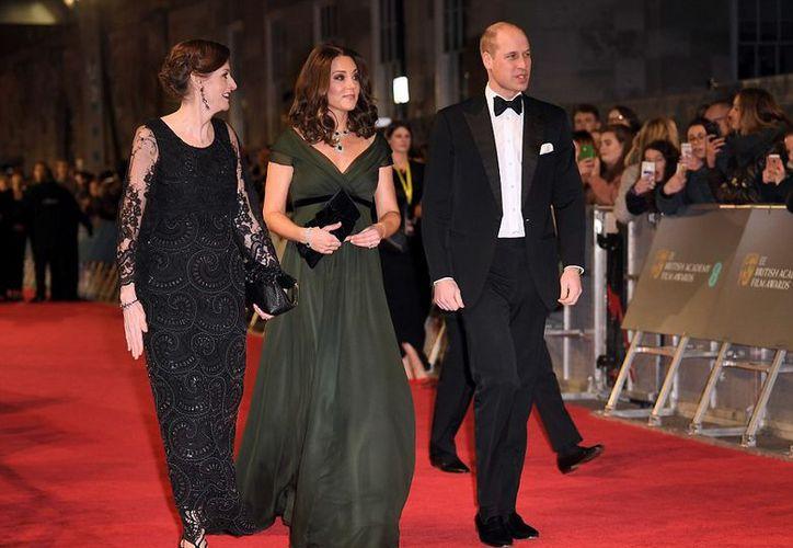 La duquesa vistió un traje verde oscuro de corte princesa con un lazo negro (Shutterstock).
