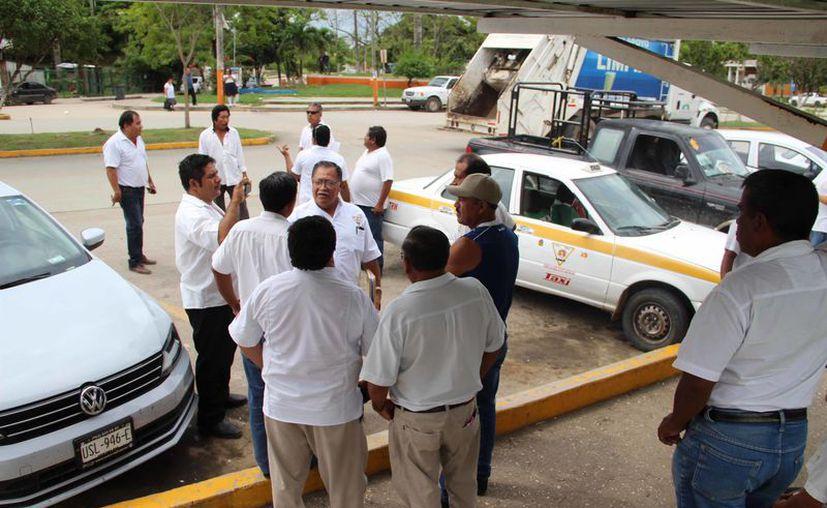 Según la versión de los choferes, la policía rural comenzó a perseguirlos, obligando a más de 70 integrantes del sindicato a concentrarse en un sitio. (Carlos Castillo/SIPSE)