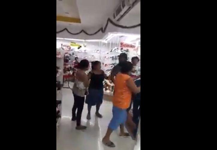 La batalla termina cuando personal del establecimiento interviene para calmar los ánimos. (Foto: Captura de video)