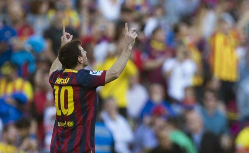 Messi celebra el gol que marcó, primero de su equipo, en el partido ante el Osasuna en el Camp Nou de Barcelona.(EFE)