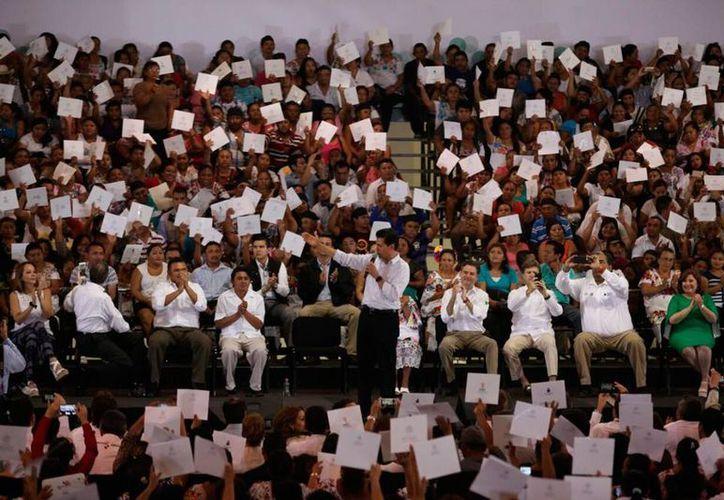 El presidente entregó certificados que avalan la educación básica de adultos de Yucatán. (Amílcar Rodríguez/SIPSE)