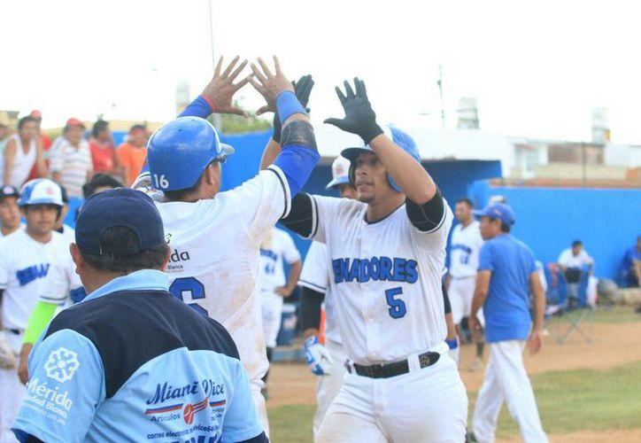 Los Senadores de la Morelos conquistaron la serie completa ante unos débiles Zorros de Pacabtún. En la foto, jugadores de los Senadores celebran el triunfo.