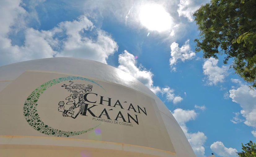 Los telescopios del planetario Cha'an Ka'an son especiales para que este lunes, los usuarios puedan disfrutar de eclipse solar. (Gustavo Villegas/SIPSE)