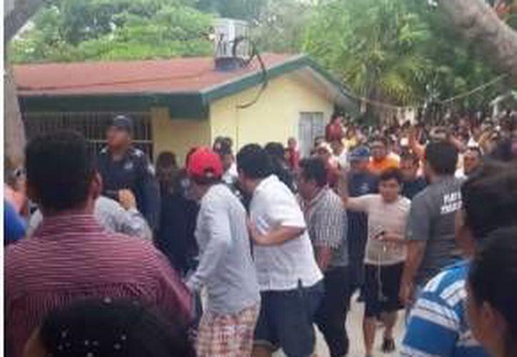 Un hombre fue retirado de una casilla de Puerto Morelos tras ser acusado de tener boletas electorales marcadas. (Redacción/SIPSE)