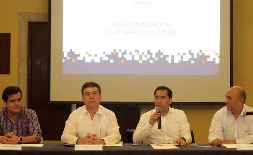 Mauricio Vila Dosal (con micrófono) solicitó al Consejo Municipal de Desarrollo Urbano el proyecto de mejoramiento vial e infraestructura urbana del norte de Mérida. (@MauVila)