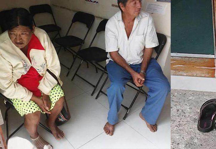 Rosa Ranier García y Eddy García, se quitaron los zapatos para poder ingresar al Palacio Municipal de Bacalar. (Javier Ortiz/SIPSE)