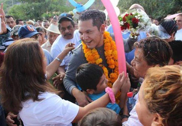Erick Ulises Ramírez Crespo fue liberado tras pasar 39 días arraigado. Imagen del alcalde de Cocula al llegar a localidad. (Rogelio Agustín/Milenio)
