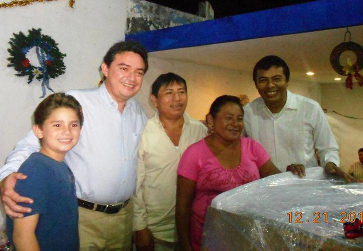 La entrega de regalos durante la posada del PAN en Tizimín. (Cortesía)