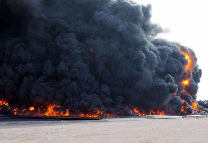 Fotografía de archivo que muestra un incendio en un almacén de petróleo en al-Sidra, Libia. (Archivo/EFE)