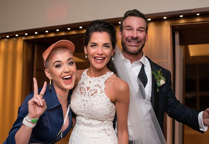 Los novios Blobie Dudney y Hayley Rosenblum fueron sorprendidos por la cantante Katy Perry.