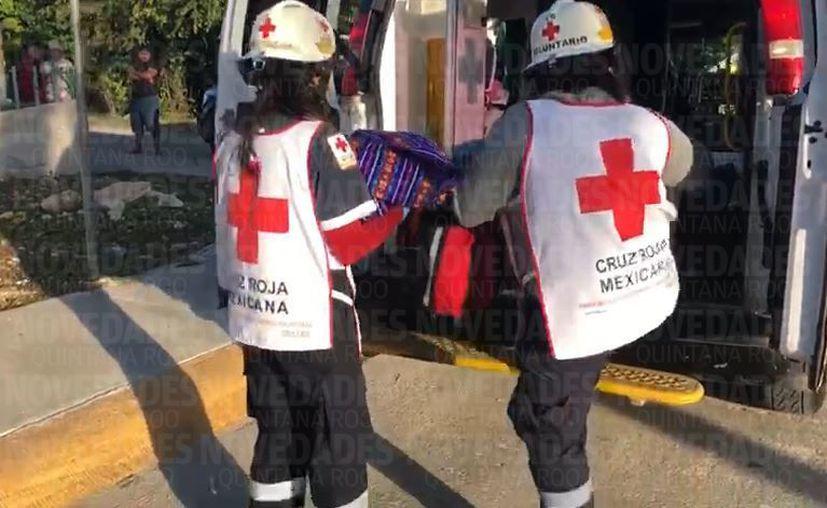 El bebé fue valorado por los paramédicos de la Cruz Roja. (Eric Galindo/SIPSE)