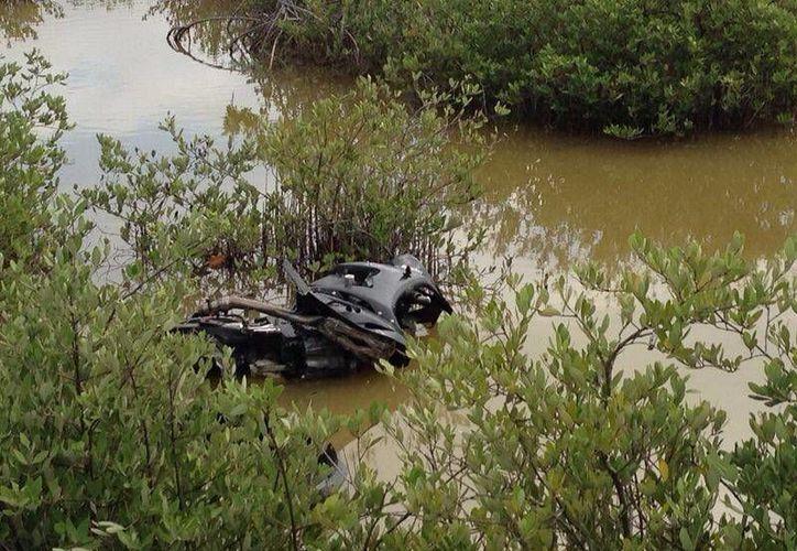 La moto Yamaha de José Enrique Esquivel Campos quedó hundida en los manglares, mientras el conductor fue trasladado al hospital. (Milenio Novedades)