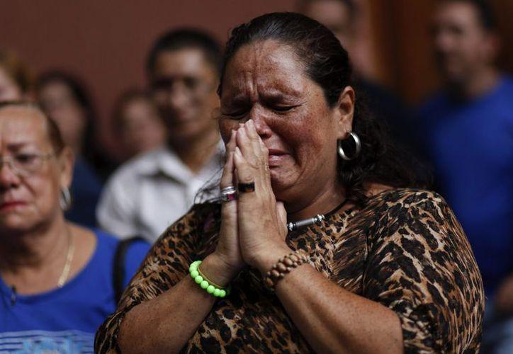 Un grupo de mujeres, seguidoras del presidente venezolano, Hugo Chávez, participan en una oración colectiva por la salud del mandatario, en una plaza del centro de Caracas. (EFE)