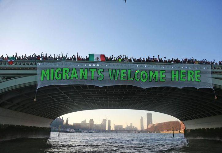 Tras la toma de protesta de Donald Trump, manifestantes colocaron en uno de los puentes de Londres una manta de invitación a mexicanos  a visitar dicha localidad. (Notimex)