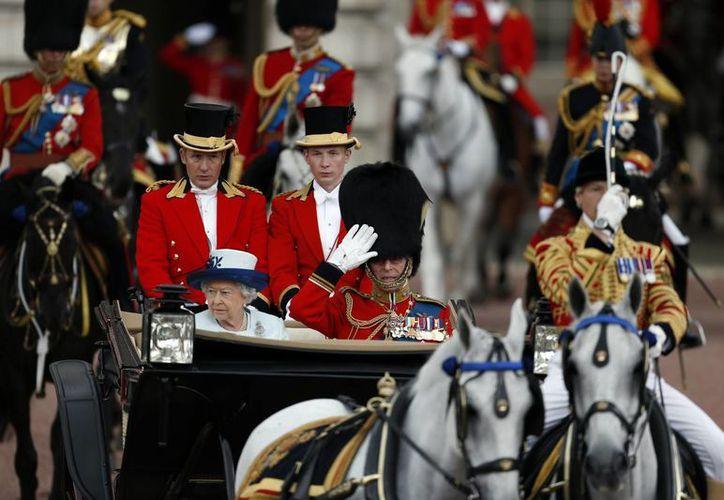 La reina Isabel II salió en carruaje del Palacio de Buckingham acompañada de su esposo Felipe, Duque de Edimburgo. (Foto: AP)