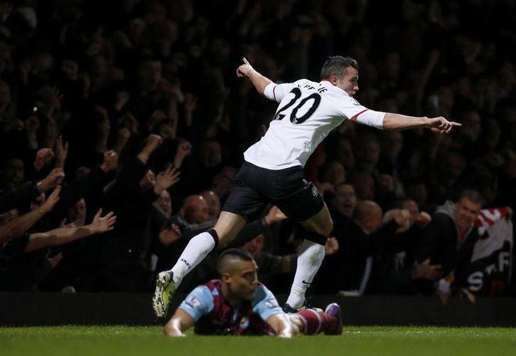 Van Persie, que llevaba dos meses sin anotar, hizo uno de los tantos para el Manchester United. (Agencias)