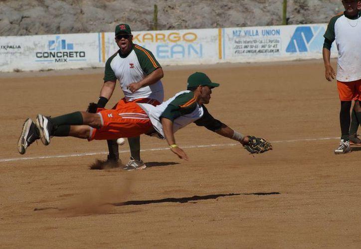 Los melenudos practicaron su fildeo con grandes lances para el próximo juego en Mazatlán. (Milenio Novedades)