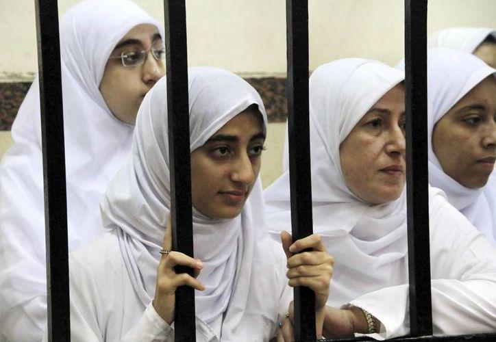 Fotografía facilitada el pasado 28 de noviembre, que muestra a varias de las catorce mujeres encarceladas en un tribunal de Alejandría, Egipto. (Archivo/EFE)