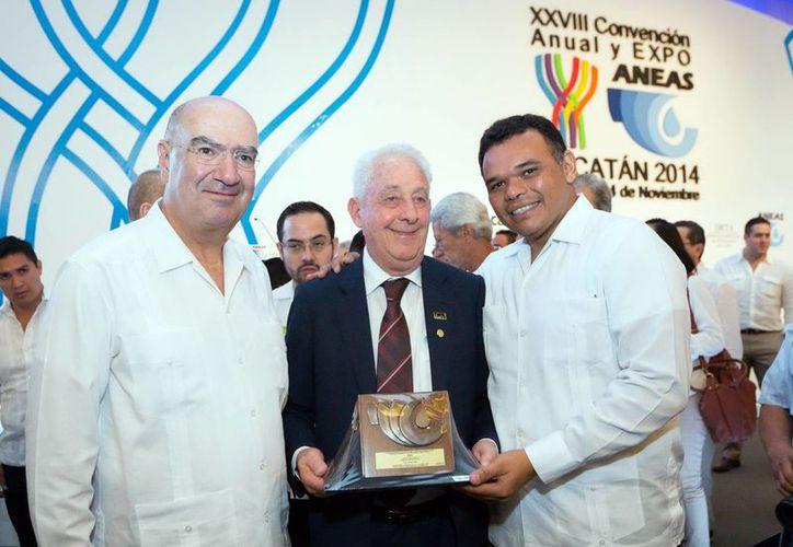 Durante la ceremonia, Rolando Zapata Bell hizo entrega de la Presea al Mérito Aneas en forma individual y en grupo. (Milenio Novedades)